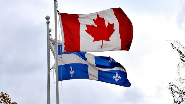 Les drapeaux du Canada et du Québec.
