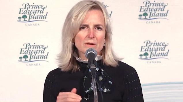 Heather Morrison devant un micro.