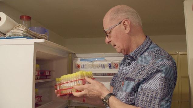 Le Dr Jean Robert prélève des échantillons d'urine qu'il congèle, espérant pouvoir finalement les envoyer au Centre de toxicologie du Québec.