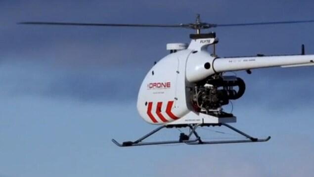 Un drone, destiné à la livraison de colis, en vol.
