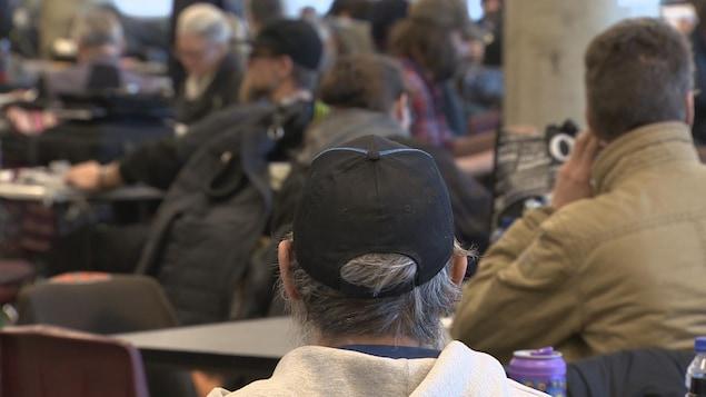 Un sans-abri de dos au refuge Drop-In de Calgary