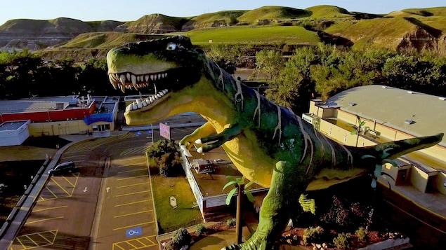 Prise de vue du dinosaure géant de Drumheller depuis les airs.