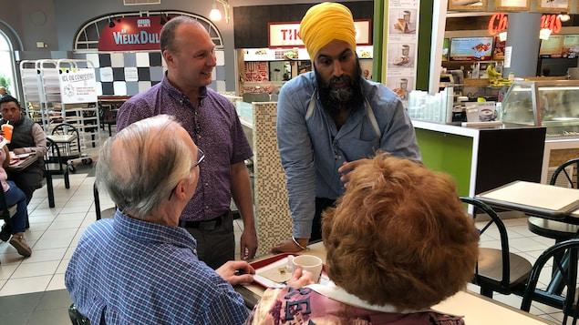 Jagmeet Singh et François Choquette dans un centre commercial.