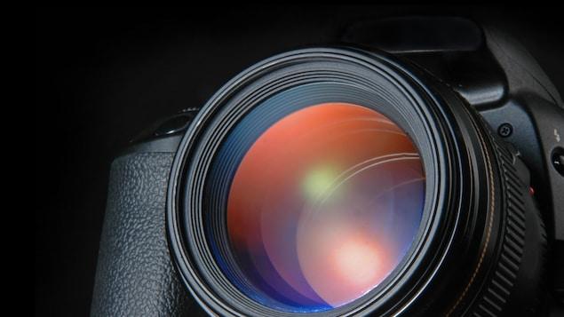 Un gros plan sur un appareil photo reflex numérique.
