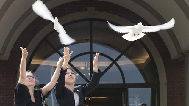 Deux colombes lâchées à la fin des funérailles de Romy et Norah Carpentier