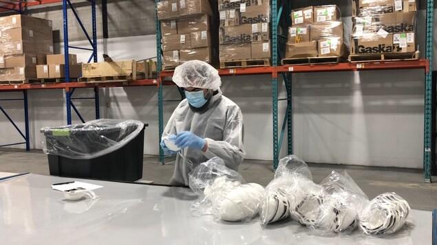 Un employé dans une usine de Duvaltex.