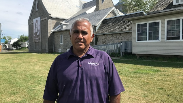 Dwayne Stacey pose derrière l'église de Kahnawake.