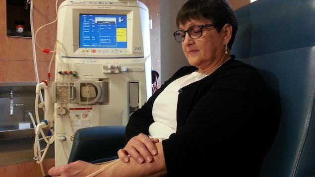 Une dame reçoit un traitement