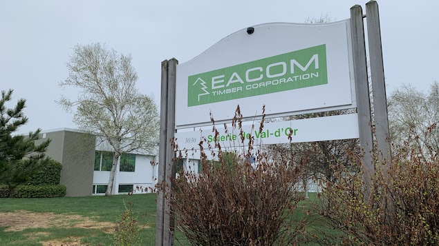 Un panneau indique la scierie Eacom Timber Corporation.