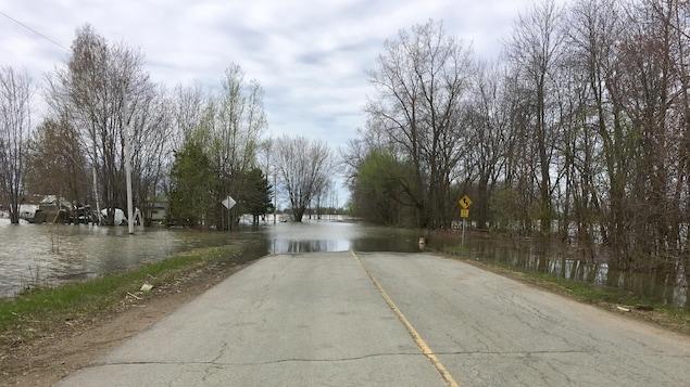 Un chemin asphalté inondé