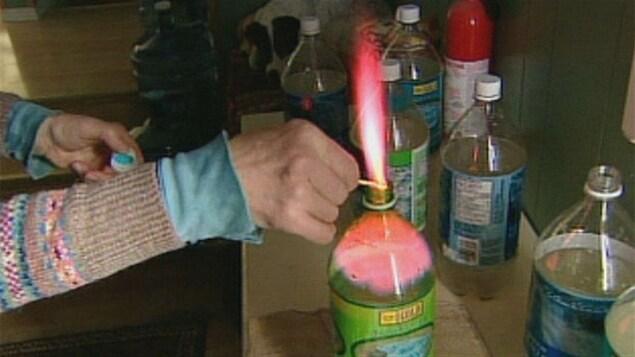 Jessica Ernst affime qu'il y a tellement de méthane dans son eau qu'elle peut y mettre le feu.