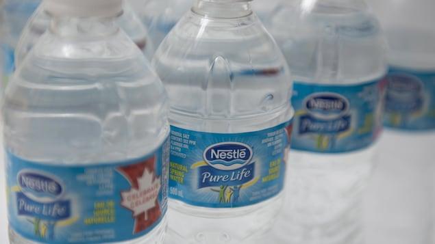 Des bouteilles d'eau Nestlé.