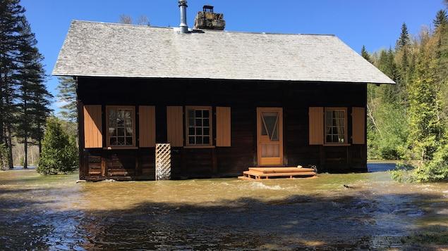 De l'eau entoure une résidence de Petit-Saguenay