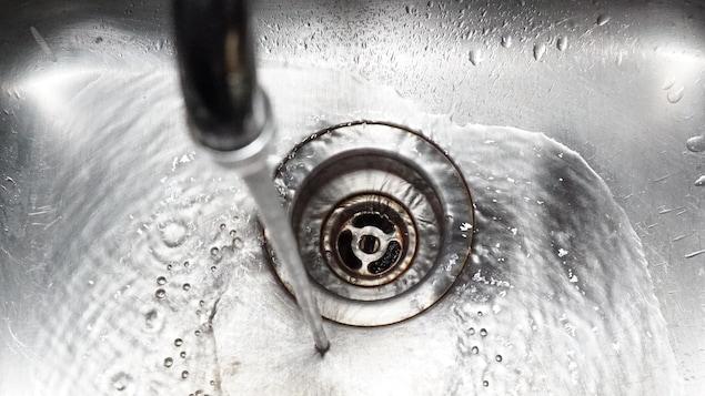De l'eau potable coule du robinet
