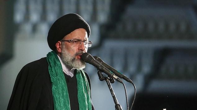 Ebrahim Raïssi parle dans un micro.