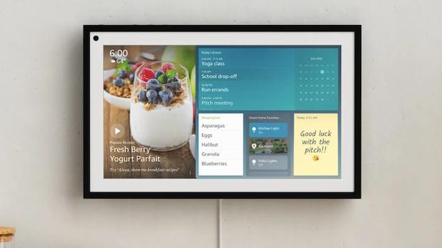 Un écran intelligent accroché à un mur dans une maison.