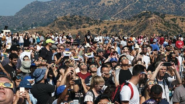 À Los Angeles, la foule est rassemblée pour regarder l'éclipse, à l'observatoire Griffith, devant le célèbre panneau Hollywood.