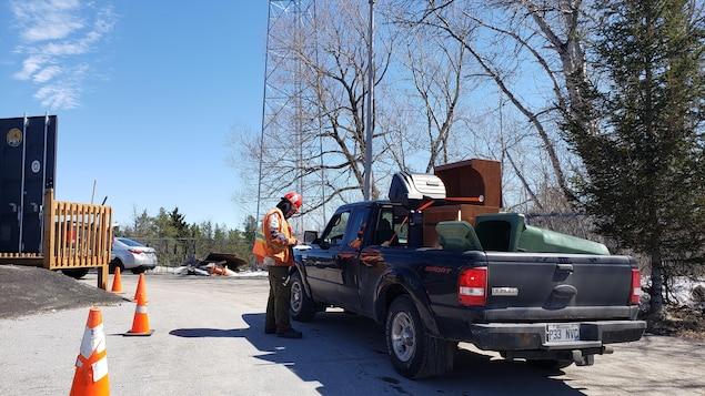 Un camion qui contient plusieurs déchets à l'entrée d'un écocentre.