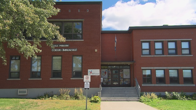 La porte principale du bâtiment de l'école.