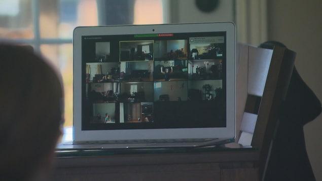 Un écran montre les élèves qui dansent chacun dans leur résidence.