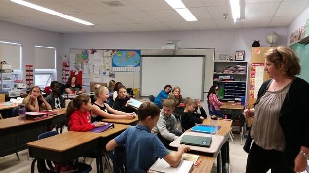 Des élèves dans une classe de l'École Ducharme, à Moose Jaw, en Saskatchewan.