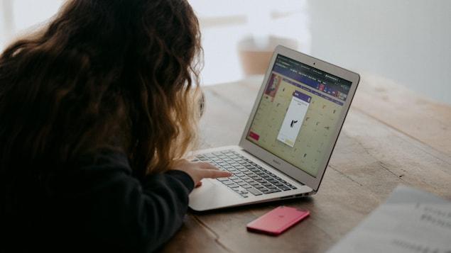Une élève fait des exercices de mathématiques en ligne.