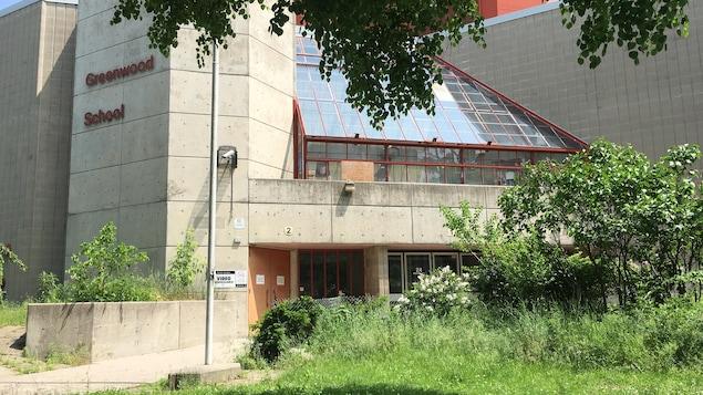 Vue extérieure des murs de ciment de l'École Greenwood.