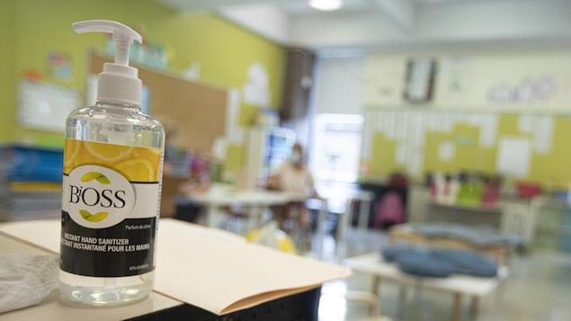 Gros plan sur une bouteille de gel désinfectant.