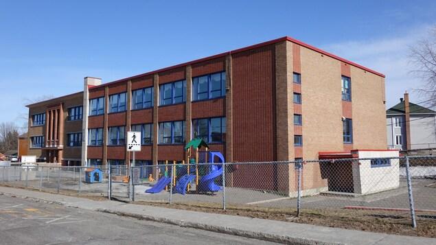 La façade d'une école primaire, à Rimouski.