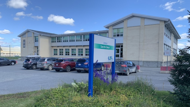 Une école primaire avec une affiche indiquant Sacré-Coeur.