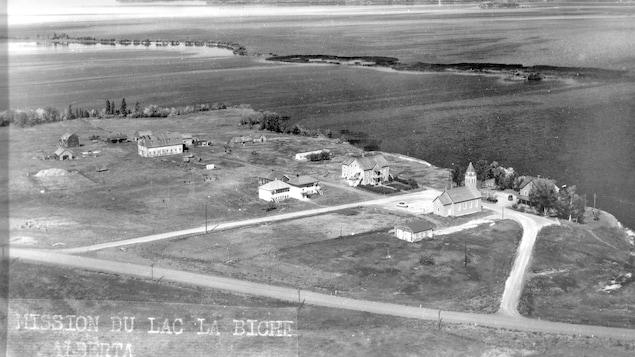 Vue aérienne du pensionnat autochtone Mission à Lac La Biche, en Alberta.
