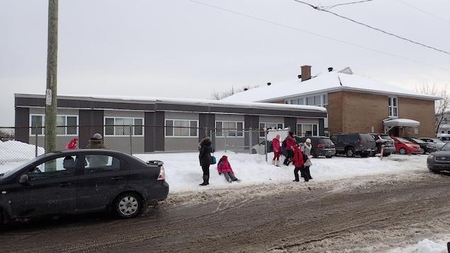 Des enfants jouent devant l'école Saint-Norbert à Laval où des classes modulaires ont été ajoutées en août 2017.