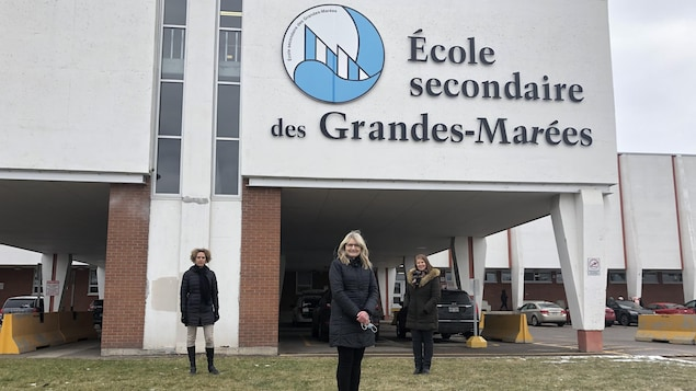 En avant, la directrice Ginette Tremblay, à gauche Marie-Joëlle Bolduc et a droite, Claudie Fortin.
