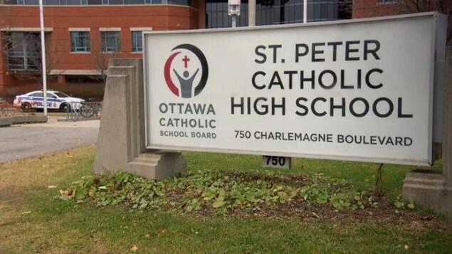 Une enseigne de l'École secondaire Saint Peter.
