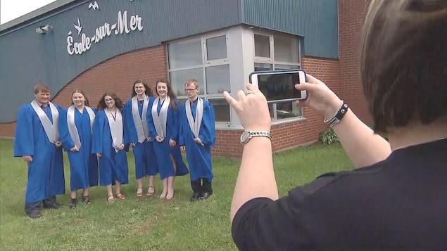 Les six premiers diplômés de l'École-sur-Mer de Summerside.