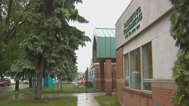 La façade extérieure de l'établissement scolaire.