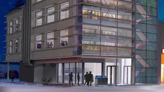 Un bâtiment aux nombreuses fenêtres vitrées dans une rue enneigée.