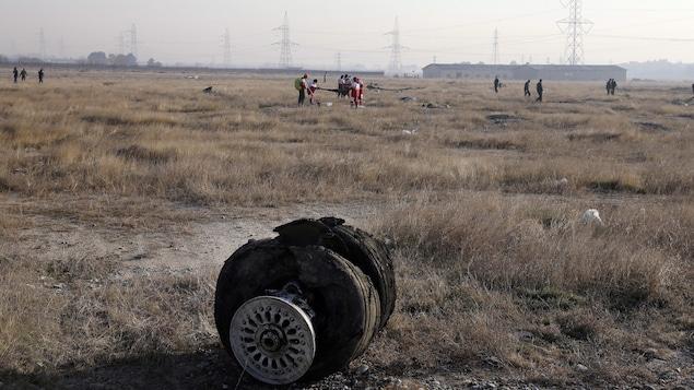 Une roue de l'appareil et d'autres débris au sol.