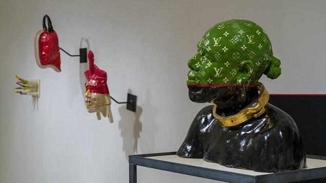 Sculpture en céramique noire, verte et dorée représentant un buste d'homme.