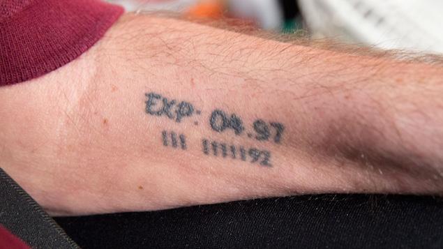 Sur son bras, on peut lire «exp» pour expiration suivi de 04.97. Dessous, on aperçoit 3 ligne,  un espace, 5 lignes puis 92. Son espérance de vie en 1992 était de 2 à 5 ans.