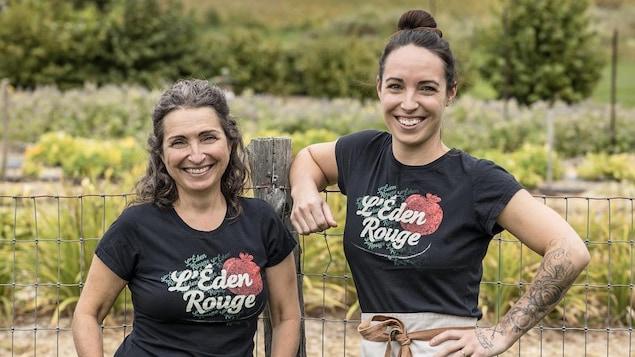 La propriétaire de l'Éden Rouge Anny Roy et sa fille Angèle-Ann posent devant une clôture.