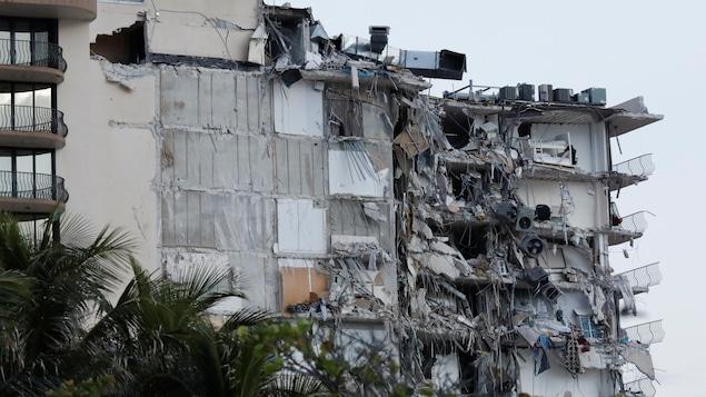 Un édifice à étages partiellement éventré.