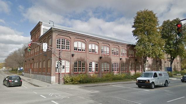 Image de Google Street View de l'édifice F.X.-Drolet, un immeuble industriel en briques.