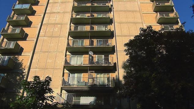 Édifice à logements sociaux de type HLM à Montréal.