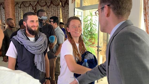 Edith Blais et Luca Tacchetto, souriants, sont accueillis par le MINUSMA.