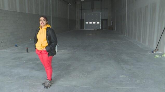 Mireille Tessier se tient debout dans le local de son futur commerce de cannabis dans le sud d'Edmonton.