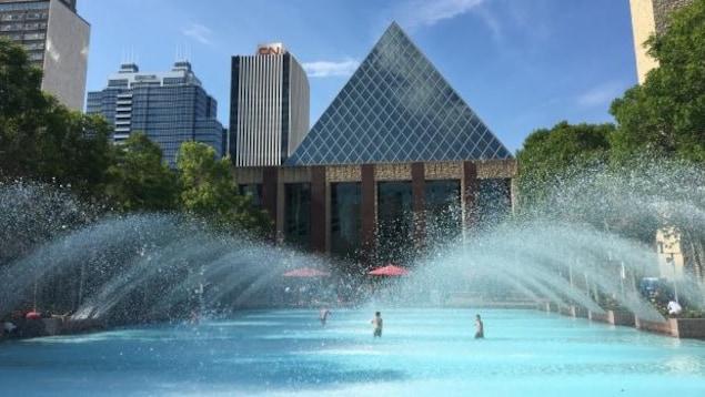 Des enfants s'amusent dans la fontaine devant l'hôtel de ville de la capitale albertaine.