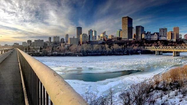 Une vue du centre-ville d'Edmonton en hiver depuis l'autre côté de la rivière Saskatchewan Nord.