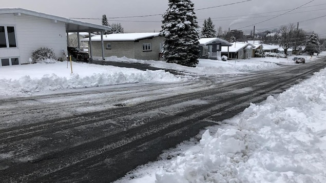 Une rue enneigée qui semble glissante.