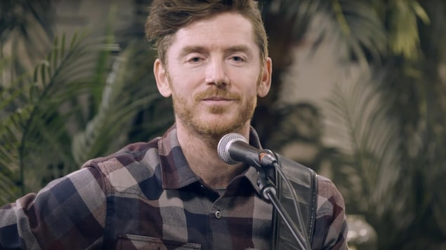 L'auteur-compositeur-interprète Edouard Lamontagne au micro de Vos idées en chansons.